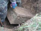 ชาวบ้านฮือฮา ขุดพบหีบเหล็กปริศนา ฝังอยู่ใต้ดิน